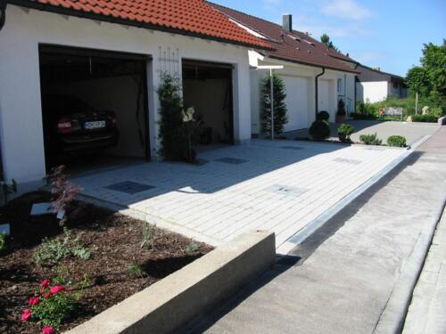 Garagenzufahrt und Hauseingang